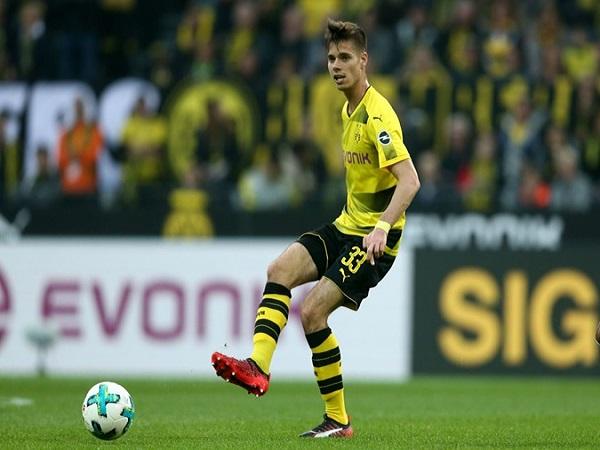 Julian Weigl giành lấy suất đá chính ở Dortmund?