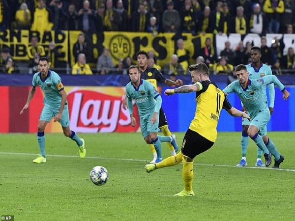 Reus đá hỏng penalty, Barca may mắn hòa Dortmund